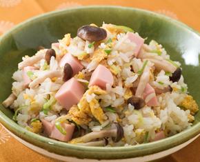 レンジで作る、魚肉ソーセージ入りネギチャーハン